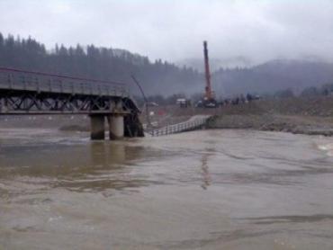 Под грузом автотранспорта просел пролет моста