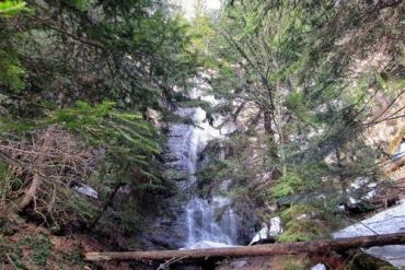 Очень живописный Ялинский водопад