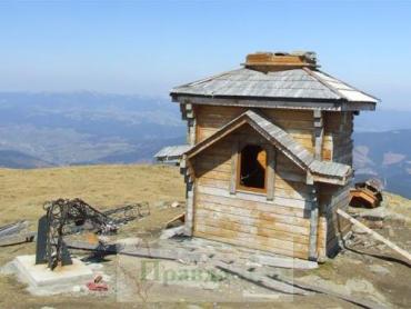 Разрушения на вершине горы Петрос