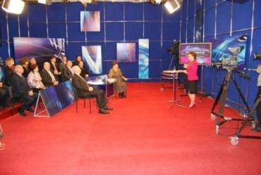 Ведущая телемоста в Луганске Елена Чукальская с гостями студии