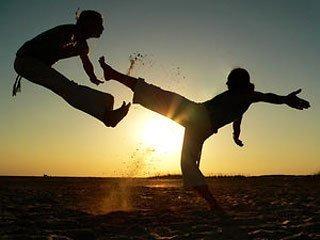 В капоэйре бойцы демонстрируют сноровку в акробатике