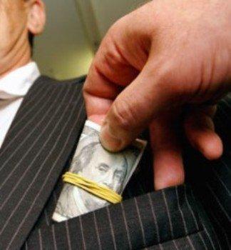 В депутатский карман залазит полумиллионная взятка
