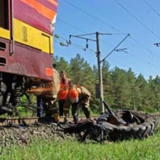 Поезд Львов – Черновцы врезался в трактор: водитель тяжело ранен