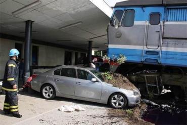 Адский поезд в Таллине набросился на BMW