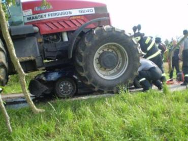 ДТП в Чехии: Skoda Felicia залетела под трактор