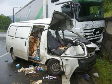 В Чехии фура расплющила микроавтобус, водитель погиб
