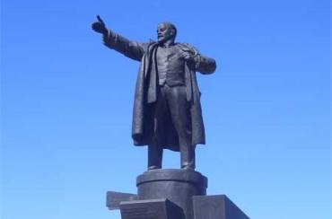 Белорус разбился, упав с памятника Ленину
