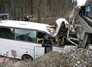 30 детей получили ранения в аварии школьного автобуса
