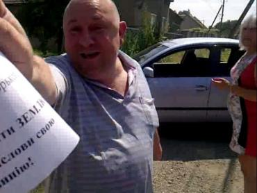 У Тарнівцях чоловік голови села обкладав активістів матюками