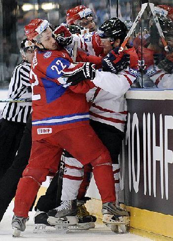 Матч Россия-Канада сопровождался дракой хоккеистов