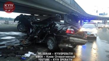 Моторошна аварія у Києві, машину порвало на частини