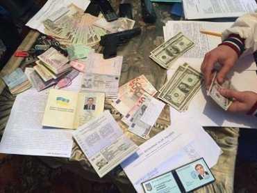 В Закарпатье помощник нардепа вымогал и получил 150 тыс грн взятки