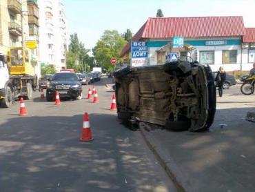 """ДТП в Киеве: """"Мазду"""" выкинуло на тротуар"""