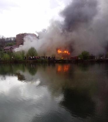 Пожар охватил все здание готеля, тушить пожар помогают местные жители
