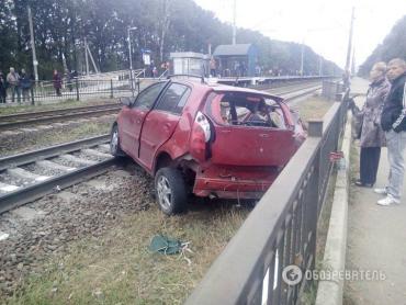 З'явились фото ДТП під Києвом: поїзд протаранив авто