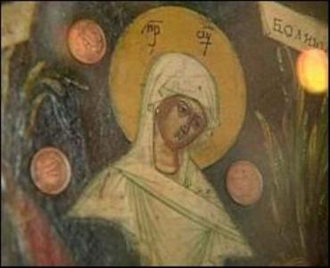 Около иконы Божьей Матери расцвели сухие лилии