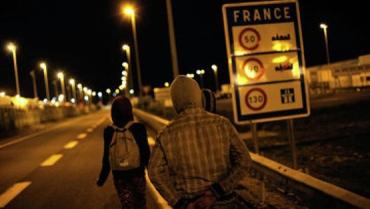 Мигранты на автодороге недалеко от Евротуннеля в городе Кале