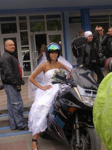 Экстремальная невеста только на мотоцикле