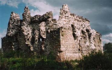 Біля руїн Середнянського замку