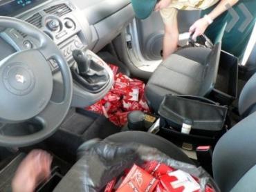 В Ужгороде таможенники конфисковали два автомобиля с контрабандными сигаретами