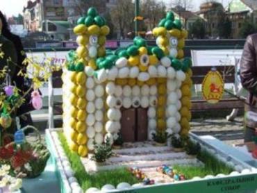 В Ужгороде школьники собрали огромный собор из 612 яиц