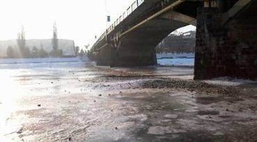 В Ужгороде коммунальщики бездумно загрязняют реку