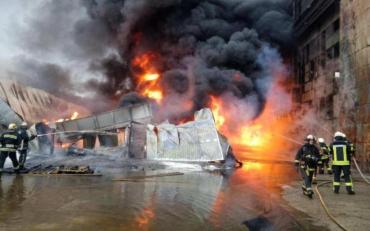 Масштабна пожежа у Києві: спалахнули склади з токсичними матеріалами