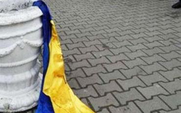 П'яні жлоби побили хлопця і позривали українські прапори зі стін кафе