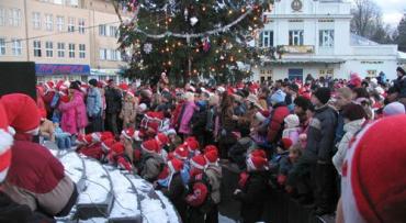 Полторы тысячи маленьких Николайчиков вместе с взрослыми зажгли елку в Ужгороде