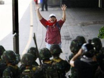 В Бангкоке 37 тысяч солдат открыли огонь по демонстрантам