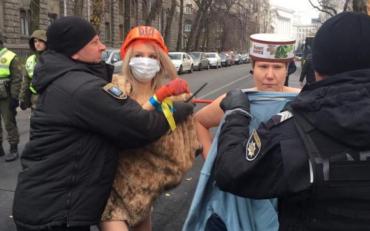 Активистка Femen очередной раз атаковала магазин Roshen