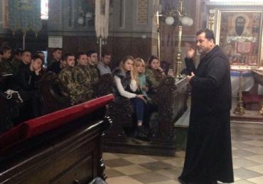 Отець Іван Ісаєвич бесідує з молодими греко-католиками