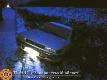 В Закарпатье Mitsubishi Lancer с кювета извлекали спасатели