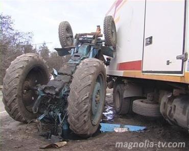 Грузовик положил трактор на лопатки