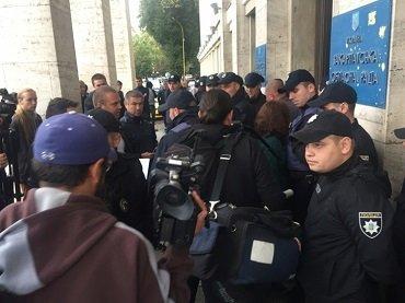 Активисти пикитируют здание Закарпатской ОГА в Ужгороде