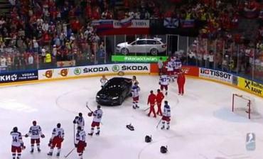 Хоккеисты сборной России покидают лед, не дождавшись исполнения гимна Канады