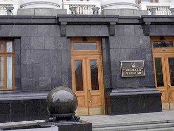 молодой сумчанин разбил четыре стекла в дверях центрального входа в здании Секретариата Президента