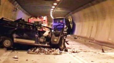 В Словакии лихач на лимузине протаранил автобус в туннеле