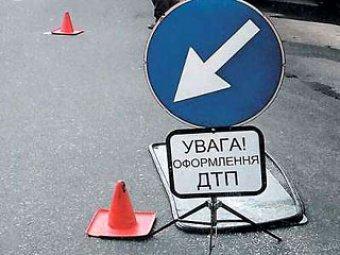 Грузовик сбил трех людей, которые меняли колесо автомобиля