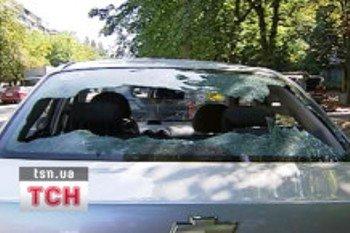 В Киеве неизвестные разгромили более двух десятков автомобилей