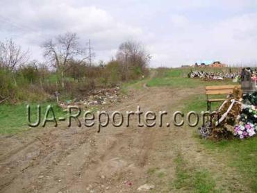 Ужгородці висипають сміття на дорогу, що веде до Божого храму