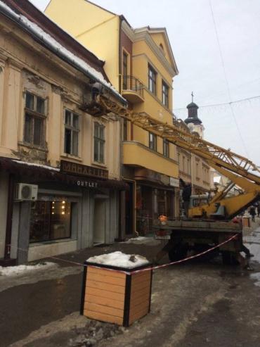Ужгород. З будинків на площі Ш.Петефі сьогодні брили снігу й льоду прибирали...