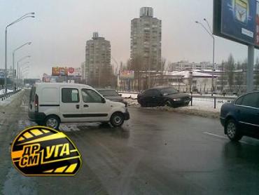 В Киеве столкнулись Renault Kangoo и Skoda Superb.