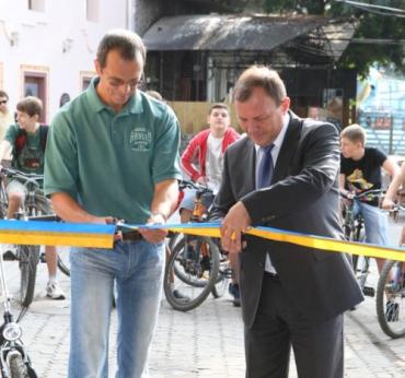 Віктор Погорєлов відкрив першу в Ужгороді велодоріжку
