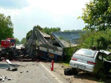 В Венгрии Suzuki снесла Iveco, 21 тонна вишен перекрыла дорогу