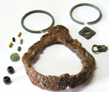 Стремено та інші знахідки з поховань печенізького некрополя 2 пол. Х ст.