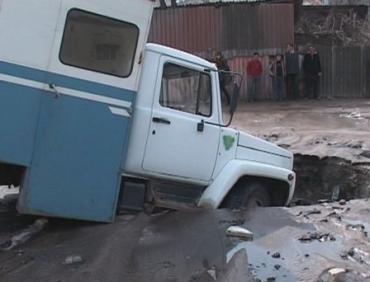 В центре Харькова грузовик провалился под землю