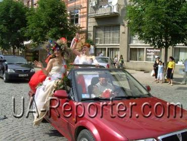 Автопробег свадебного кортежа машин по улицам Ужгорода