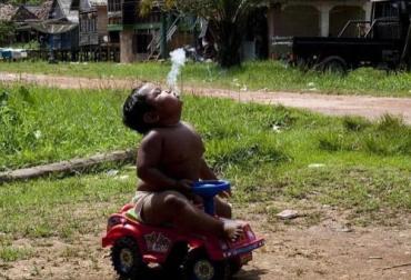 2-летний мальчик стал самым заядлым курильщиком Индонезии
