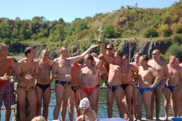 Ватерполисты вынуждены плавать на карьере из-за отсутствия бассейна в Ужгороде